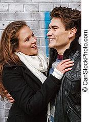 Joven feliz pareja enamorada