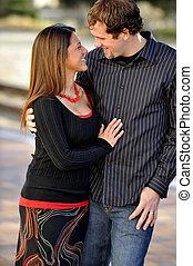 Joven feliz y atractiva pareja interracial al aire libre