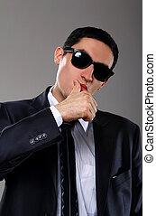 Joven hombre de negocios con gafas de sol
