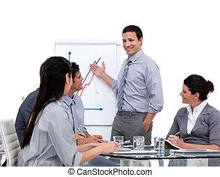 Joven hombre de negocios presentando estadísticas en una empresa