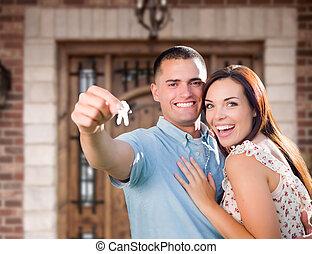 joven, llaves, nuevo, pareja, casa, tenencia, puerta, militar, frente