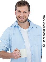 Joven modelo sonriente sosteniendo una taza