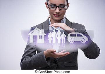 Joven mujer de negocios en concepto de seguro