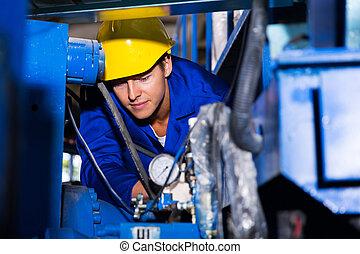 Joven operador de maquinaria industrial