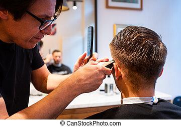 joven, pelo, hombre, trims, peluquero, maquinilla de afeitar