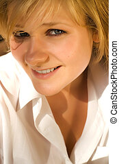 Joven sexy y hermosa rubia morena con abrigo blanco