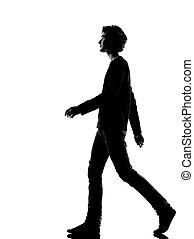 Joven silueta caminando