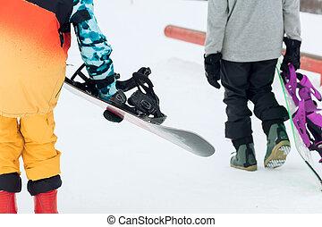 joven, snowboard, gente, yendo, grupo