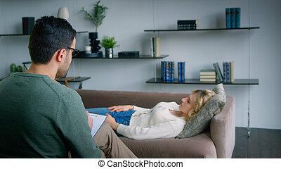 joven, sofá, problema, ella, sobre, conversación de mujer
