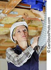 joven, trabajador, instalación, sistema de ventilación, hembra