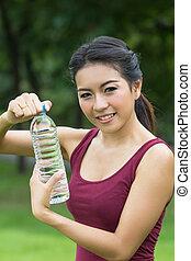 Jovencita bebiendo agua