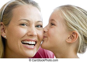 Jovencita besando a mujer sonriente