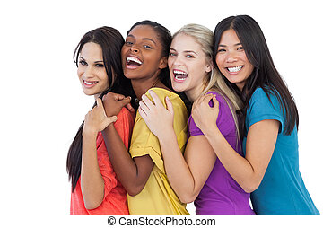 Jovencitas inversas riéndose de la cámara y abrazando