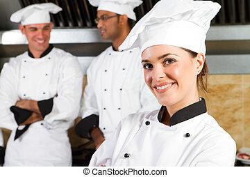 Jovenes y hermosas chefs profesionales