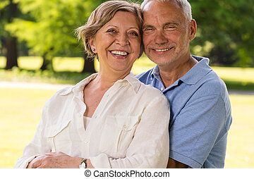 jubilado, pareja, reír, aire libre