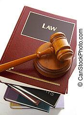 Jueces de oro en un montón de libros de leyes