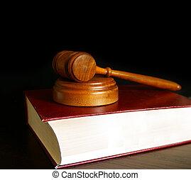 Jueces del tribunal dieron en un libro de leyes