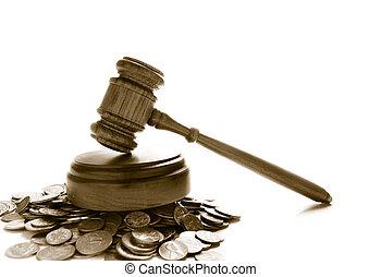 Jueces la ley dio en una pila de monedas, sobre blanco