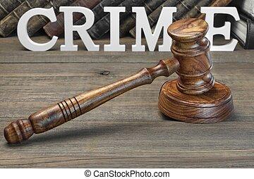 Jueces martillo, firma el crimen y el libro de leyes en la mesa de madera