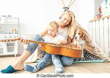 juego, niño, guitarra, poco, mamá