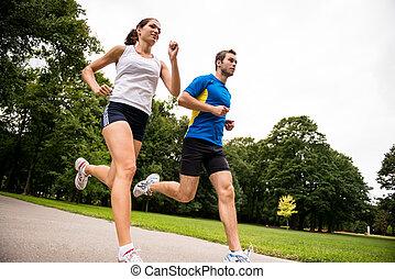 Jugando juntos, una pareja joven y deportiva