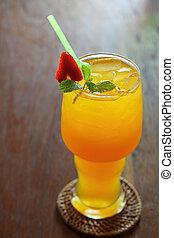 Jugo de naranja sobre la mesa
