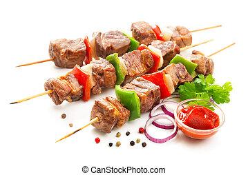 Kebabs, carne asada y verduras en brochetas