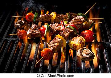kebabs de carne con verduras en parrilla llameante