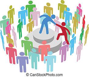 Líder ayuda a la persona a hablar con el grupo