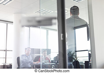 Líder de equipo de negocios entregando presentación en el cargo.