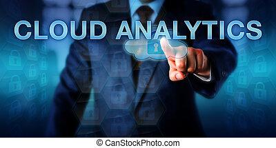 Líder de IT tocando análisis de nubes