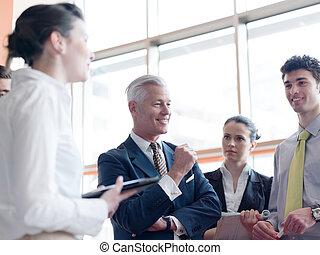 Líder de negocios haciendo presentación y lluvia de ideas