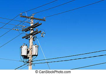 Línea de poder y cielo azul