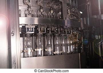 Línea de producción en una fábrica de agua mineral