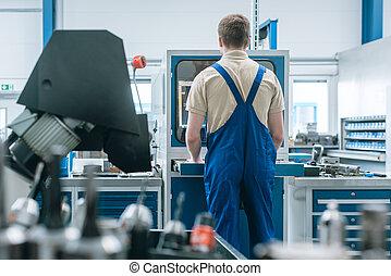línea, hombre, trabajando, fábrica, producción, semi, automatized