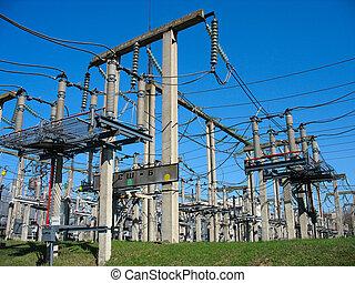 Líneas de elevado voltaje de aparatos eléctricos de una planta de energía