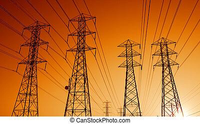 Líneas de transmisión eléctrica al atardecer