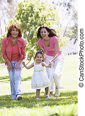 La abuela con su hija adulta y su nieta en el parque