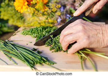 La abuela cortaba perejil fresco