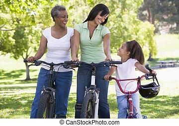La abuela madre y la nieta en bicicleta.