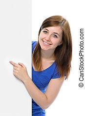 La adolescente apunta con el dedo a una tabla en blanco