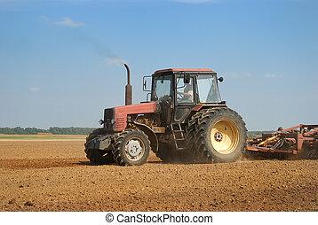 La agricultura arando tractores al aire libre