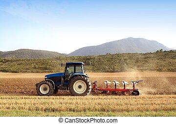 La agricultura arando tractores en campos de cereales de trigo
