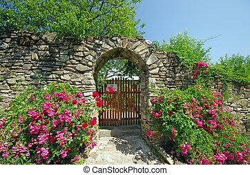 La antigua pared con flores