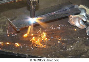 La antorcha de oxiacetileno lanza chispas mientras corta el acero