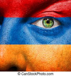 La bandera pintada en la cara con el ojo verde para mostrar apoyo a Armenia