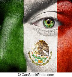 La bandera pintada en la cara con el ojo verde para mostrar apoyo a México