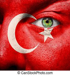 La bandera pintada en la cara con el ojo verde para mostrar apoyo a Turquía