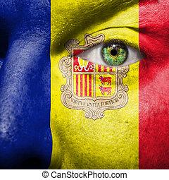 La bandera pintada en la cara con el ojo verde para mostrar apoyo de Andorra