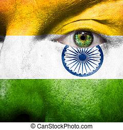 La bandera pintada en la cara con el ojo verde para mostrar apoyo india